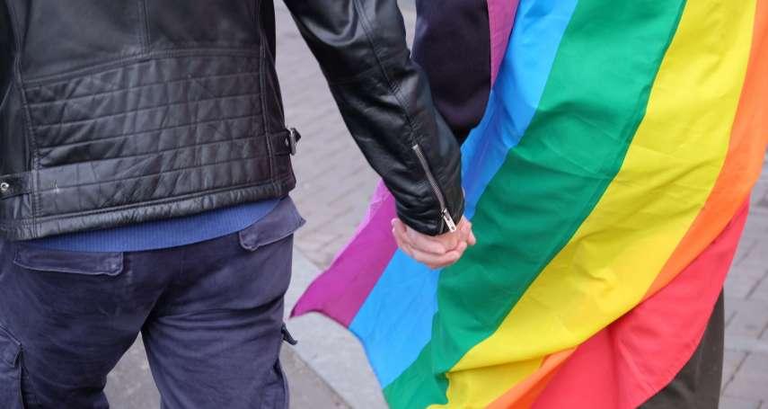 牽手護平權!聲援被毆同志伴侶 荷蘭男性「不分異同」牽手上街