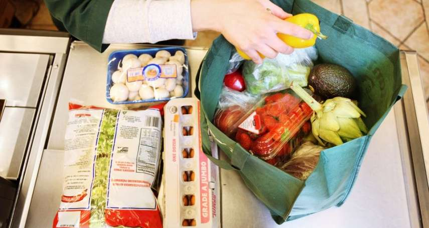 環保袋、塑膠袋,用哪個比較「環保」?英國數據顯示,環保袋要環保得要這樣做...