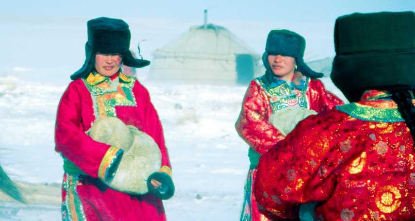 圍爐相聚、對天高歌,蒼茫天地間的快意生活!尊重自然土地,最富足自適的蒙古人