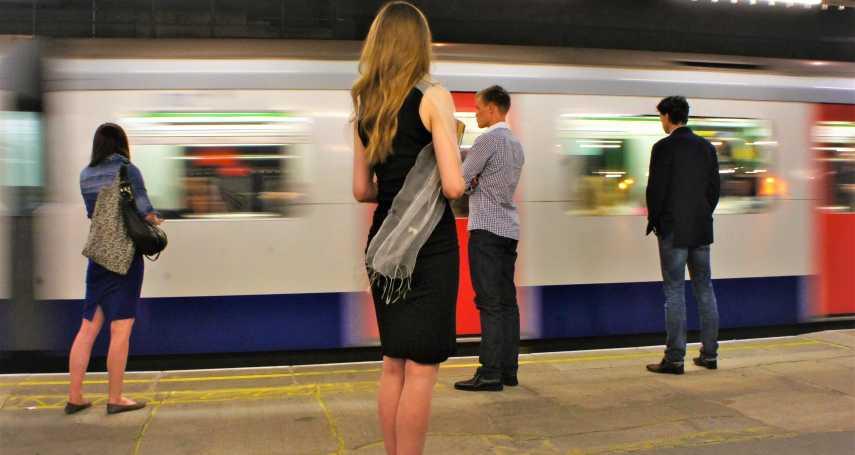 英議員提議設女性專用車廂,為何女權團體大發雷霆?背後原因道出社會對加害者的縱容…