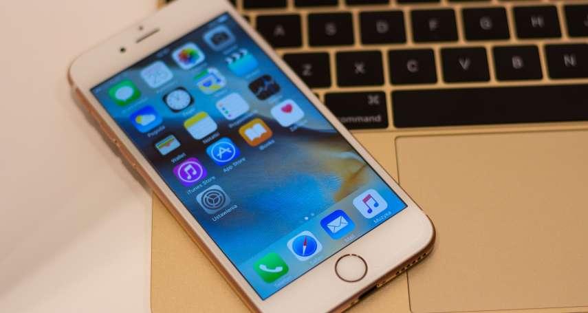 出門多帶無線充電盤嫌麻煩嗎?以後可能只要把iPhone放在Macbook上就能充電!