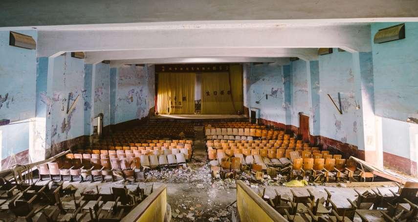 誰說廢墟沒價值?這群廢墟青年在金門廢棄戲院裡,說著那些「單打雙不打」的戰爭老故事...