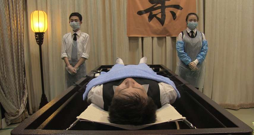 17歲少女初入職場,第一份工作就是殯儀館洗大體!一部電影,拍出最震撼的生命風景