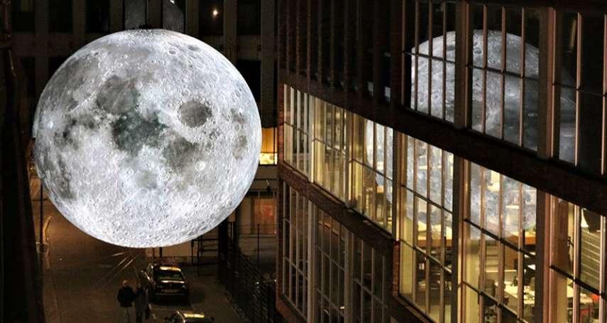 好像伸手就摸得到!藝術家製巨型月球,近日悄悄落腳亞洲「這城市」,夢幻光暈令人迷醉