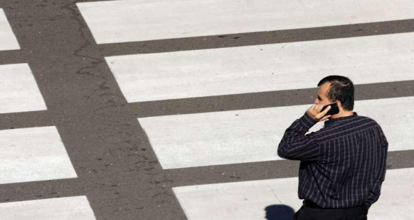不只開車不能看手機,走路也不行!檀香山過馬路看手機要罰錢