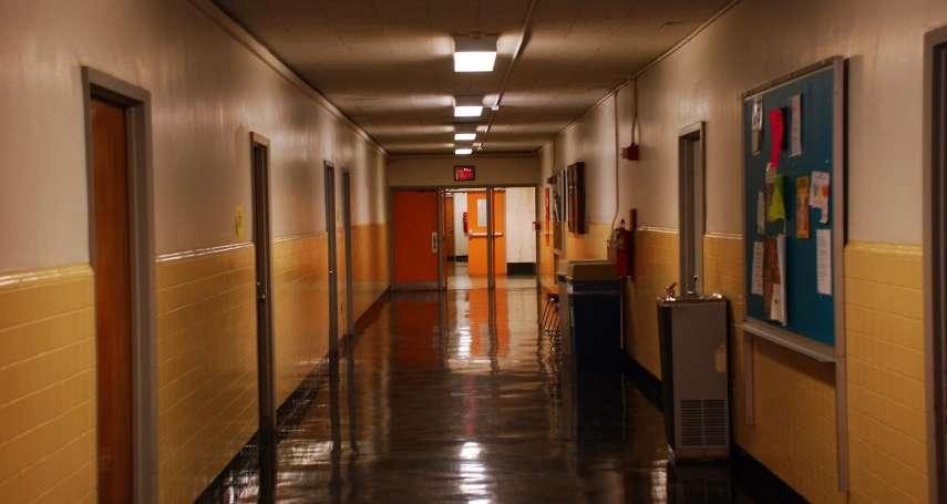為「保護學生」在女宿裝透明玻璃,換衣睡覺全被看光光…他痛批:把學生當罪犯在管