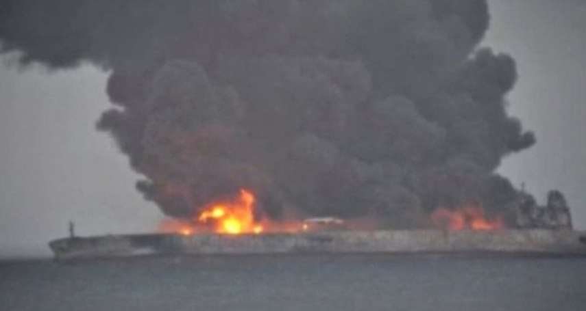 百萬桶無色無味毒油恐洩漏污染!中國東海撞船事故仍在燃燒