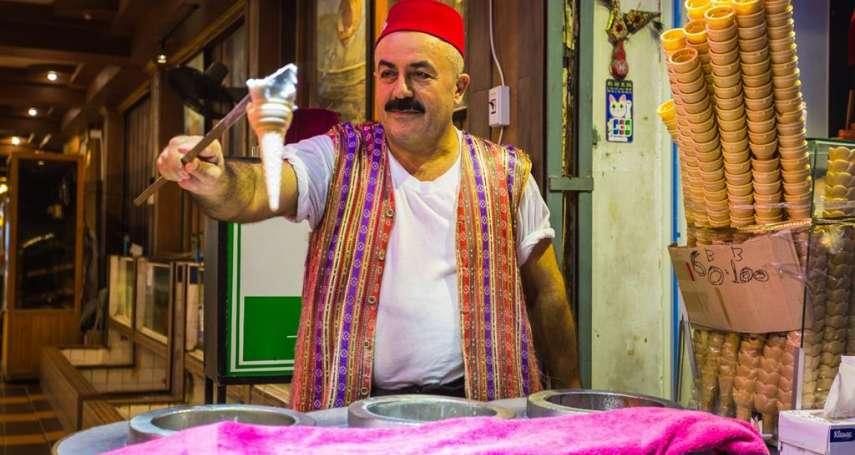 拿給你又快速黏回老闆手上,到底是如何做到的?土耳其冰淇淋最大的秘密在這裡…