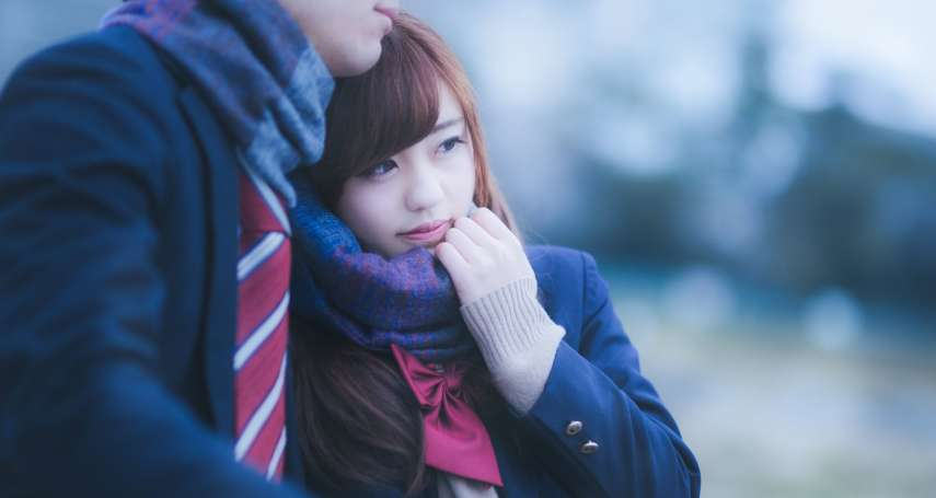 為什麼高中女生「愛跟男生借外套」?心理專家神分析,背後原因超害羞的