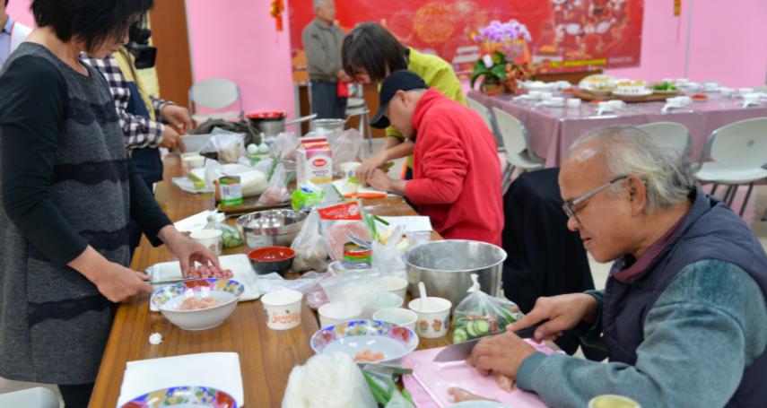 雲林縣府助獨立 視障者下廚做年菜