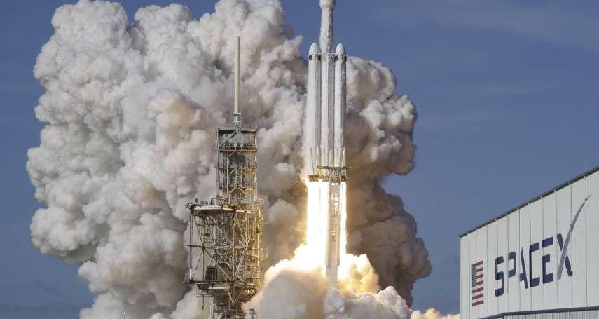 「地表最強火箭」發射成功!SpaceX獵鷹重型火箭載著紅色特斯拉上太空
