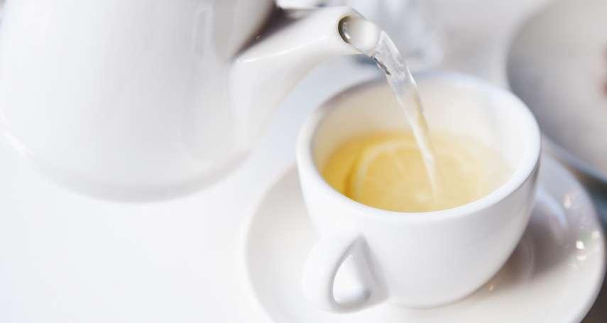 喝熱檸檬水能抗癌、降膽固醇?別再亂信謠言啦!營養師打臉:檸檬遇到熱水,會變成這樣…