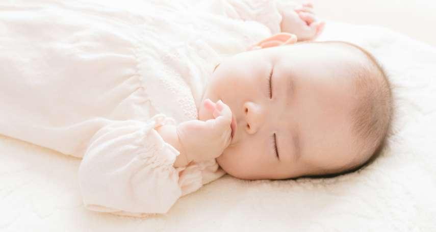 為什麼寶寶抱著才睡,一放床就醒?美國兒科醫師分享這種「放下寶寶不醒法」