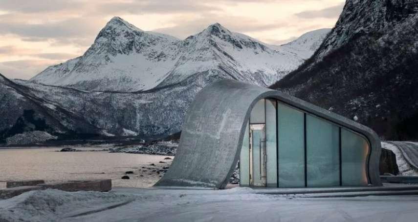 你敢相信這是公路廁所嗎?冰山、峽灣為鄰像仙境,如廁同時還能一邊賞極光!簡直太夢幻
