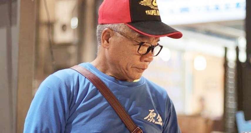 「做個街友,不要讓人家看扁!」60歲街友成夜市最強銷售員 下一步是出書當作家