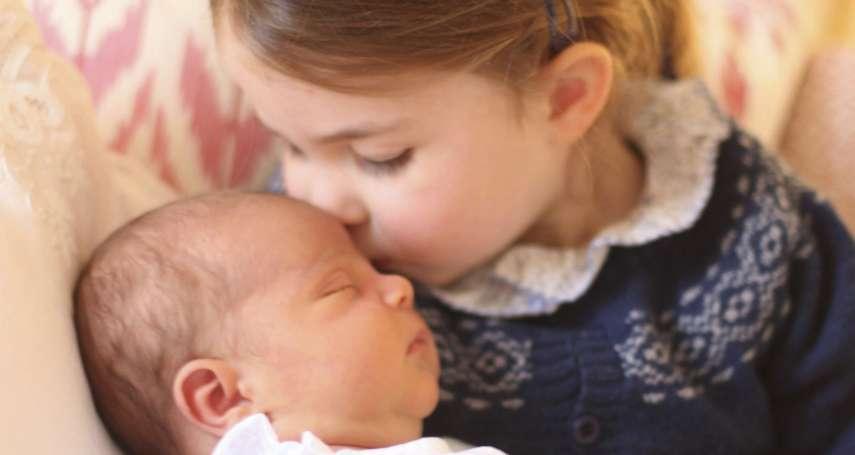 英國小王子路易正式亮相 姊姊夏綠蒂公主抱在懷裡又親又疼