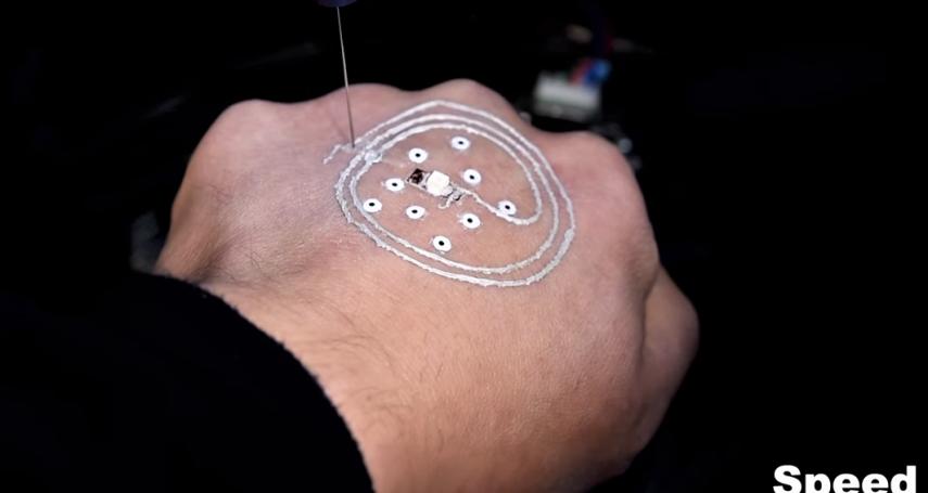 生化人要成真了?美國研發「3D列印電路」上皮膚,軍人裝備直接印身上,大大提升作戰力!
