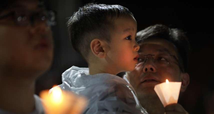 記憶與遺忘的抗爭》風雨撲不滅的燭光!香港維多利亞公園11萬5000人「悼六四,抗威權」