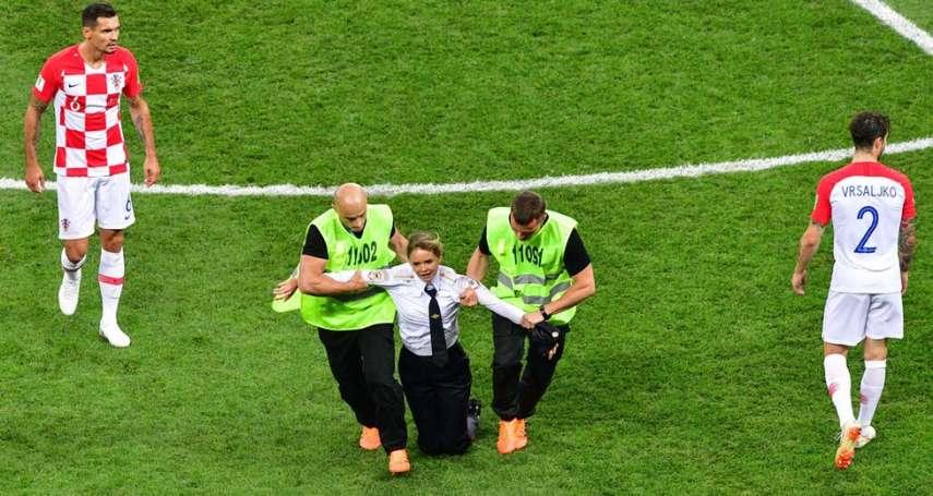令普京尷尬的世足決賽:「暴動小貓」穿上警服,賽場維安人員毫無懷疑就放行