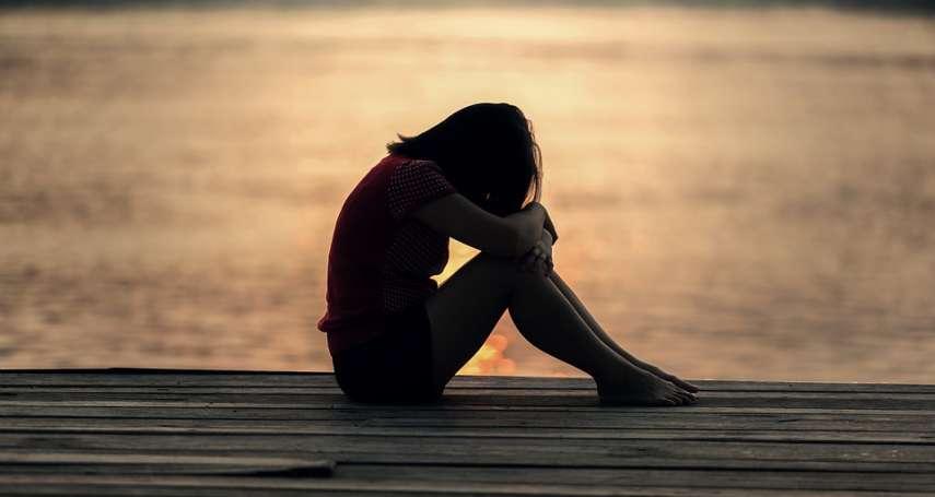 被親人性侵、他罹患重病還得照顧他,她終於情緒崩潰…「光腳的愛麗絲」陪她這樣走出傷痛