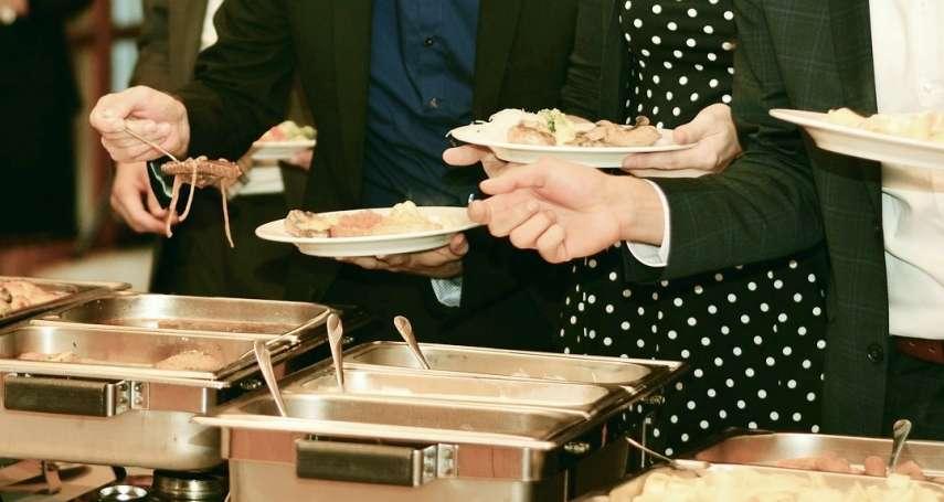 中國人「吃到飽」狼性太重,爆夾到滿桌剩菜!餐廳業者推出這妙招,99%顧客不再浪費食物