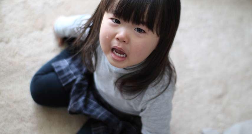 「再吵把你丟掉!」孩子安靜了、台灣家長自認教子有方…心理師揭「恐嚇教育」的嚴重後果