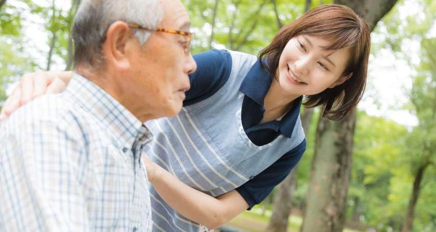 癡呆症老人亂講話又到處亂跑,該怎麼辦?日本這家養老院這樣做,照護者輕鬆、老人也快樂