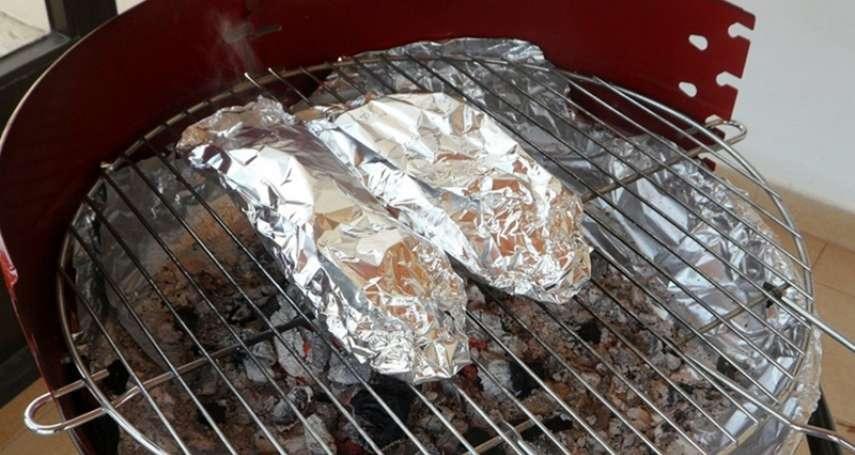 烤肉用鋁箔紙包食材恐中毒、還有失智風險?專家:注意別做「這個動作」,絕對可以安心吃