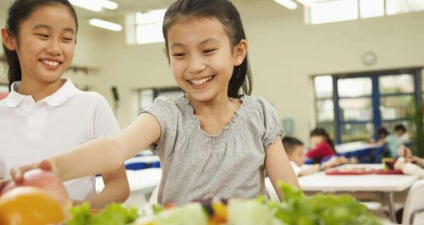 帶孩子在農田中種蔬果、收割農作物⋯他推廣飲食教育,只為了這兩個理念!