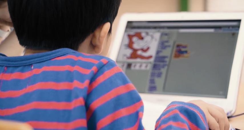 沒補習、英文卻比同學都強!她在兒子電腦發現「驚人真相」超汗顏…一窺優秀孩子的自我養成