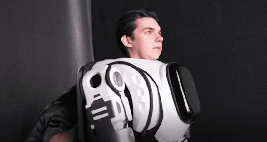 俄羅斯最先進機器人,竟然被爆是「真人假扮的」!整套服裝上網就能買…