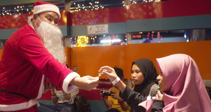 耶誕老人除了要哄小孩,還得學著跟蟒蛇相處!耶誕老人與時俱進的工作項目
