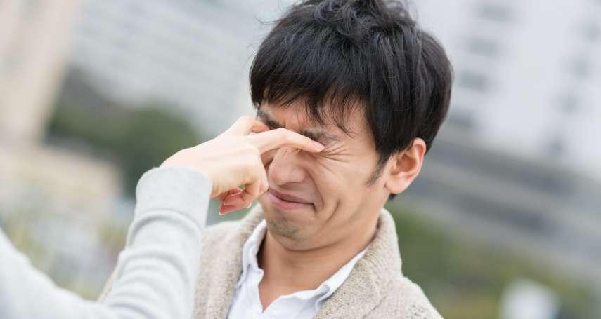 愛貼雙眼皮貼,眼皮恐鬆弛下垂?醫生警告:避免雙眼暗沉、無神,這些事要注意