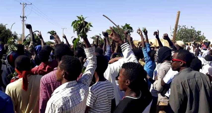 「連女性都能抗議」蘇丹女性上街參與示威反遭歧視 主辦單位要求女性抗議者打掃惹眾怒:我們不是清道婦!