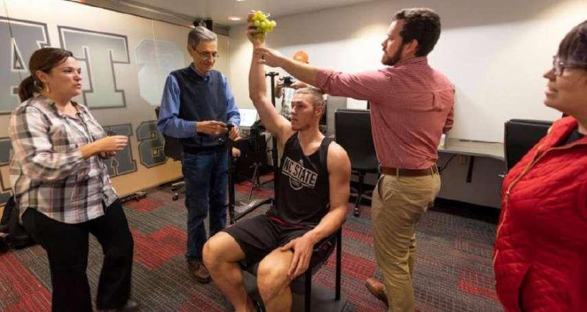 古羅馬雕像斷手怎麼辦?博物館為修復出奇招…「借用」籃球員的健美手臂,裝一個回去!