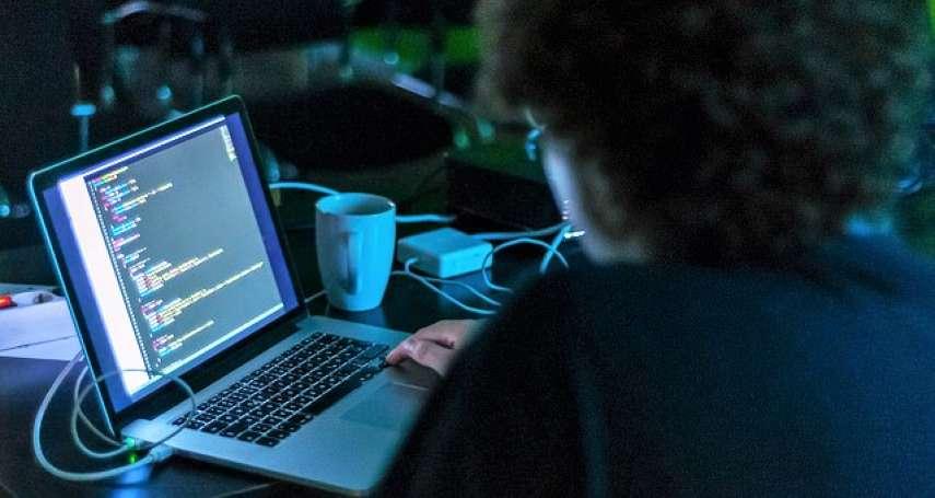 17歲駭入總統府網站,把愚人節改國定假!台灣「神級駭客」被刑事局吸收,功力超驚人…
