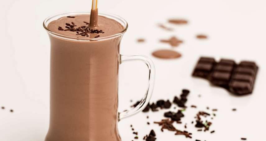 牛奶配巧克力,恐引發腎結石、尿路結石?醫生出面澄清:除非你一次吃這麼多巧克力