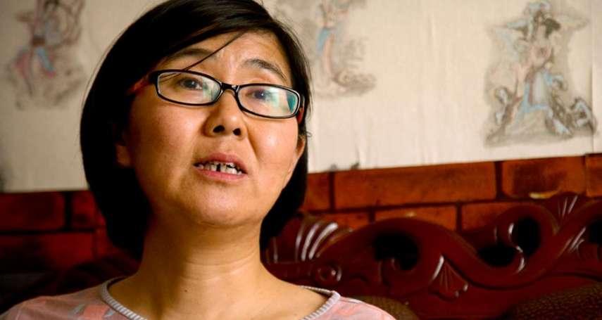 709維權律師王宇 在美國駐北京使館外被拖上警車帶走