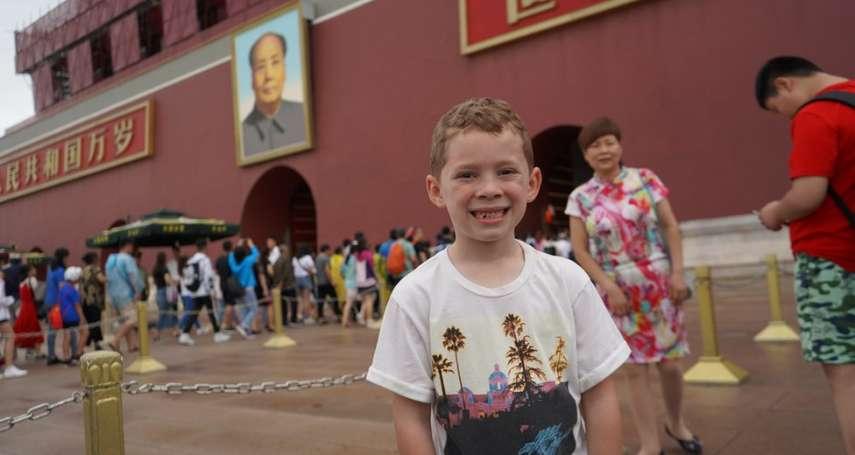 「假笑」也能變成網路迷因?來自美國中西部的8歲男孩,如何變成太平洋彼岸的「行走表情包」