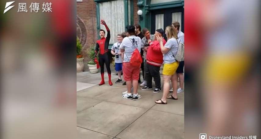 蜘蛛人在迪士尼偷偷埋伏!與遊客合照時突然掀開頭套...竟是「本尊現身」全場瞬間尖叫不斷!【影音】