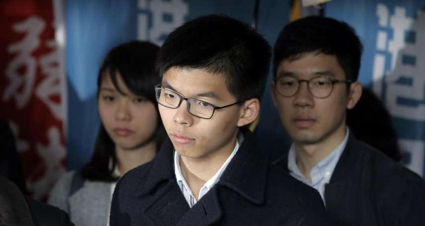 香港學生領袖黃之鋒被改判立即入獄 向支持者說「加油」之後被囚車帶走