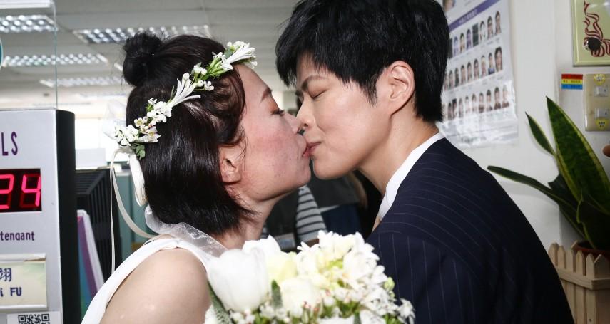 台灣最燦爛一天!百對同志新人完成結婚登記 作家陳雪:辦手續這3分鐘,我們等了10年