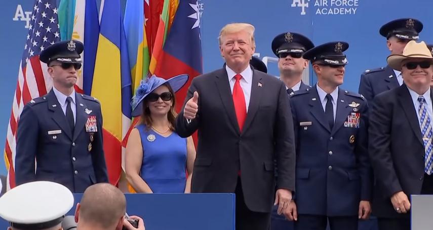 川普出席美國空軍官校畢業典禮 主持人唱名「台灣」、青天白日滿地紅國旗飄揚