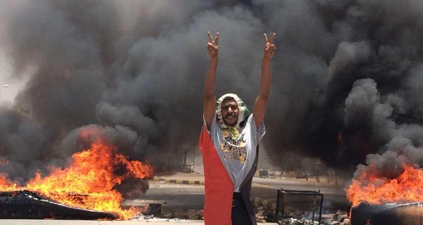 非洲版六四天安門「清場」》蘇丹軍隊屠殺首都示威群眾 至少35人死亡