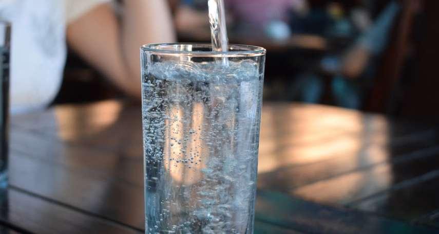多喝水沒事?成大醫師警告:「這一類病人」別喝太多水!