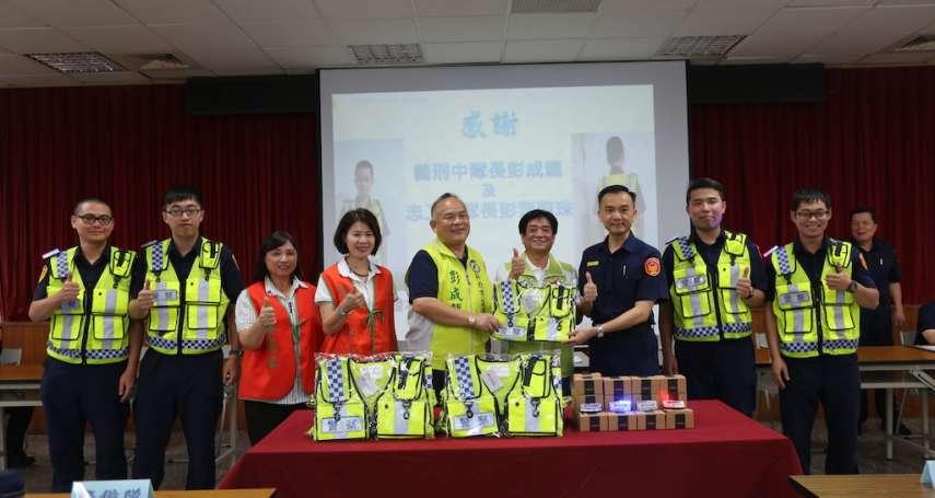 捐贈爆閃肩燈及透氣反光背心 市議員彭成龍助警執勤安全