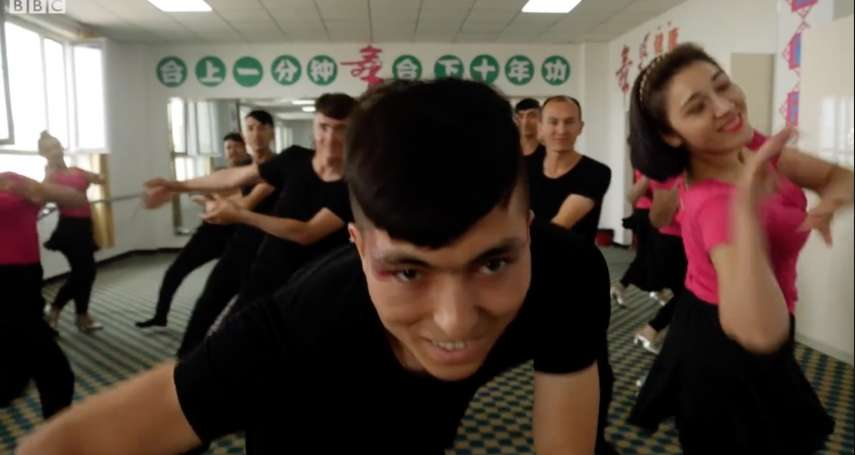 BBC記者實地走訪新疆「再教育營」:他們想證明這裡不是監獄,但斧鑿之處甚多