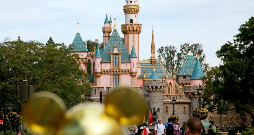 歡樂天堂淪為悲慘世界……迪士尼繼承人「臥底」逛樂園,發現員工撿垃圾維生、在遊客面前「強顏歡笑」