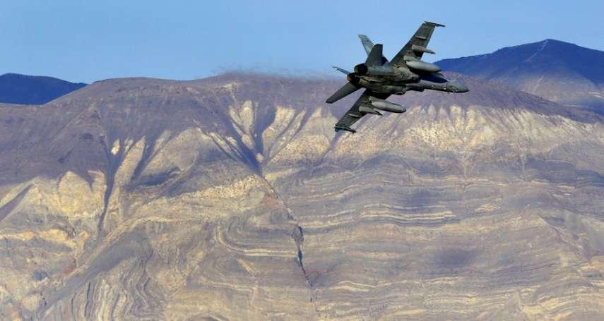 17億炸成碎片……美國F-18「超級大黃蜂」墜毀死亡谷!飛行員生死未卜,7名遊客受波及