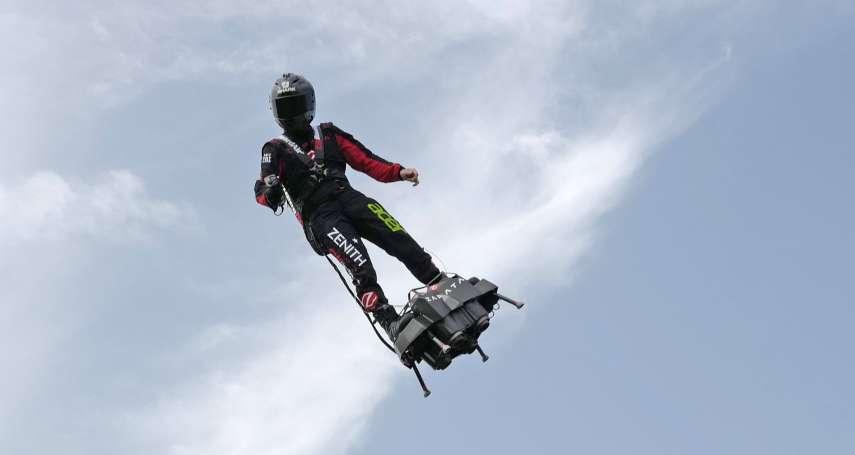 超酷!用「飛行滑板」從法國飛到英國,法發明家成功征服英吉利海峽